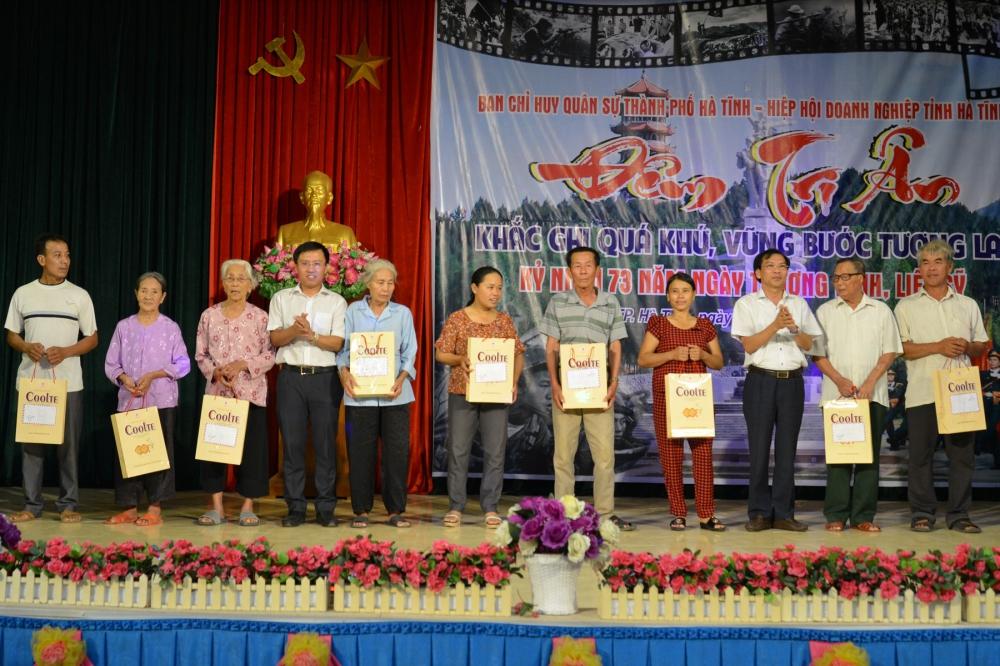 Hiệp hội doanh nghiệp Hà Tĩnh trao 30 suất quà cho thương binh, gia đình Liệt sỹ và người có công với cách mạng trên địa bàn 2 xã Thạch Hưng và Đồng Môn (TP Hà Tĩnh).
