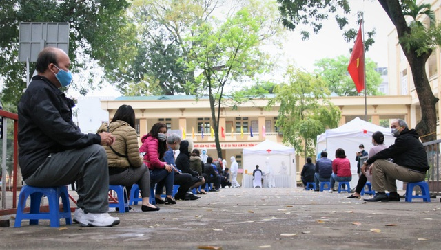 Nhiều người dân xếp hàng xét nghiệm nhanh Covid-19 trong 10 phút ở Hà Nội